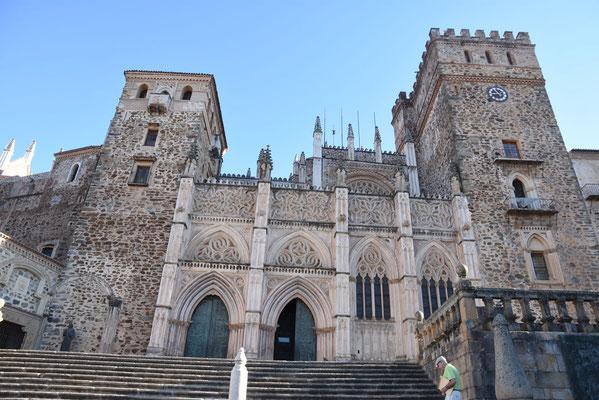 De kathedraal met zijn mix aan bouwstijlen