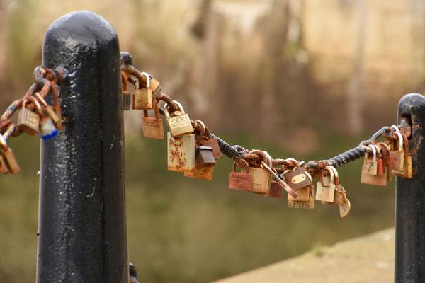 Liefdessloten aan de reling naast de river Mersey