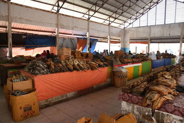 Markt met gedroogde vis