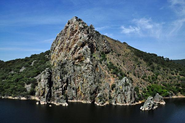 Salto del Gitano: de rots met daarop tientallen gieren vooral vale gieren