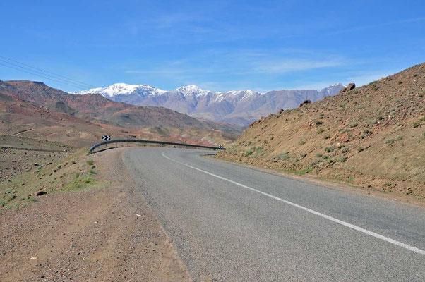 De 'road' met op de achtergrond besneeuwde bergtoppen van de Atlas