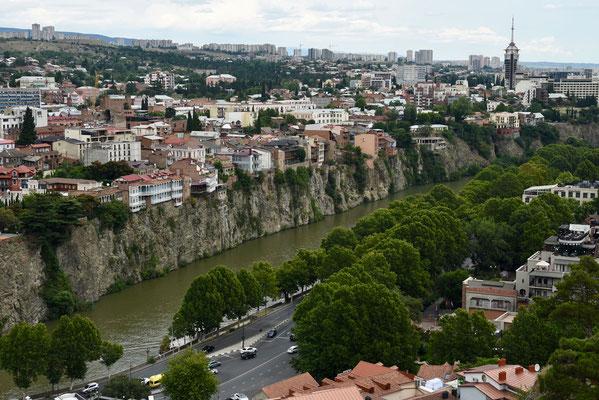 De rivier 'Mtkvari' snijdt de stad in tweeën