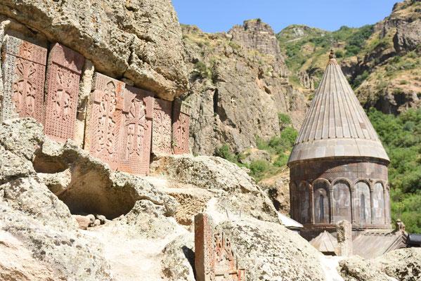 Enkele uit de rotsen gehouwen khachkars