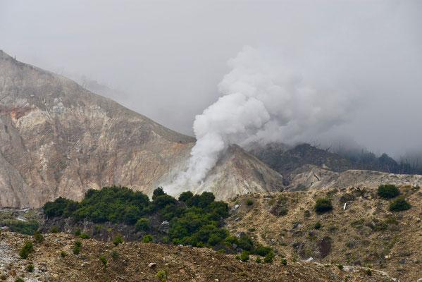 De stoomwolk die uit de vulkaantrechter opstijgt