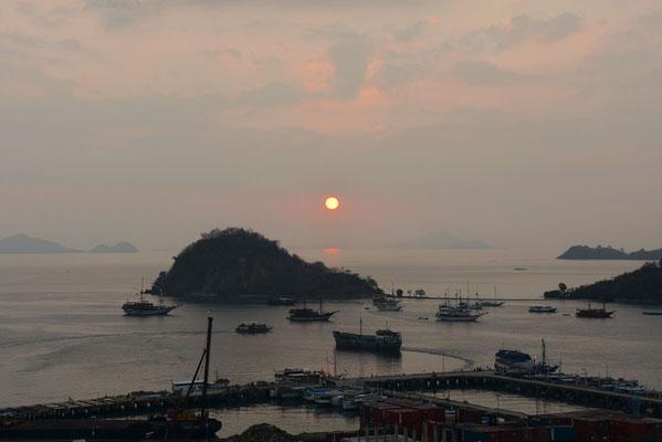 Zonsondergang in de baai van Labuan Bajo