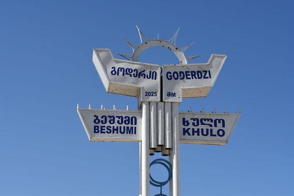 De bekende aanwijzer op de top van de Goderzi-pass - 2025m hoogte