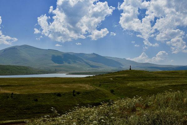 Onderweg naar Khndzoresk passeer je dit schilderachtige meer