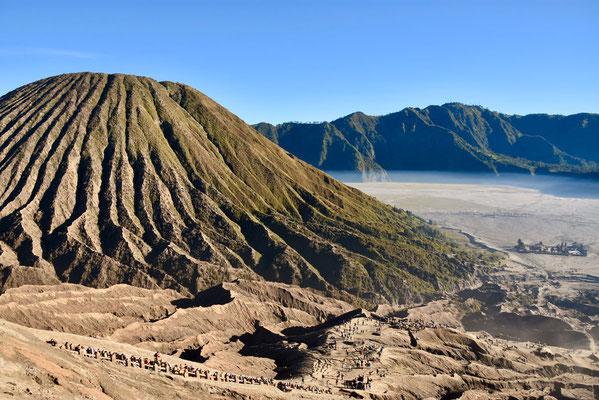 De door lava uitgesneden kraterwanden