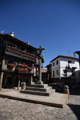 Kruis op het dorpsplein van het bergdorp La Alberca