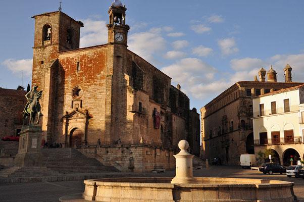 Plaza Major met standbeeld van Pizarro