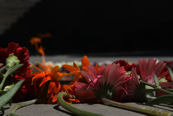 Elke dag brengen mensen verse bloemen ter nagedachtenis aan de slachtoffers van deze genocide