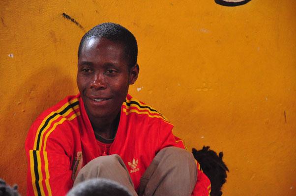 Onderwijzer Sam. Heerlijke vent die ook trainer was van het vrouwelijke voetbalteam van Sitima