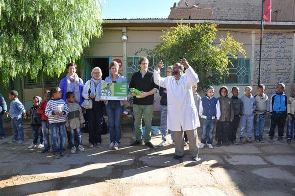 Arnout van 'Good Planet' overhandigt de MOS-vlag aan de school