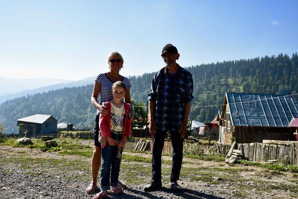 Kennismaking met een lokale boer en zijn dochtertje op de top van de pass