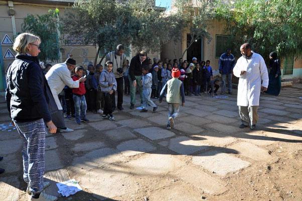 Spelen met leerlingen en onderwijzers op de speelplaats