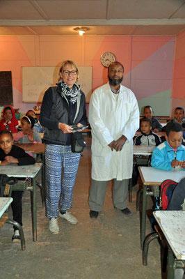 Annick samen met onderwijzer Mohamed. Beide geven les in het tweede leerjaar