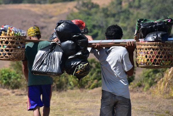 Dragers op weg naar Gunung Rinjani