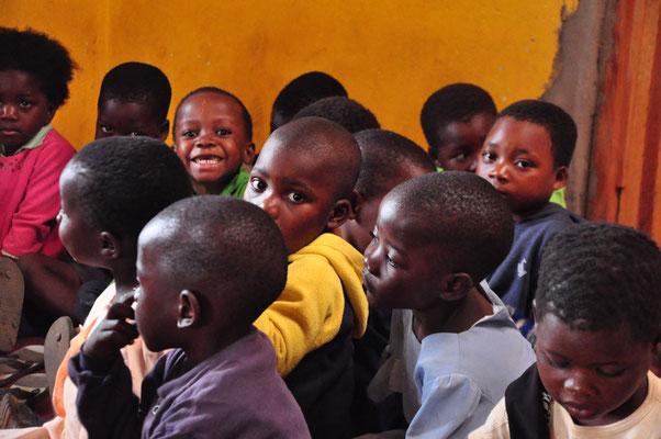 Kindjes in Sitima die meer oog hadden voor fotograaf dan voor de onderwijzer