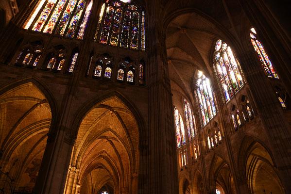 De kathedraal is vooral ook bekend omwille van de enorme oppervlakte aan glasramen