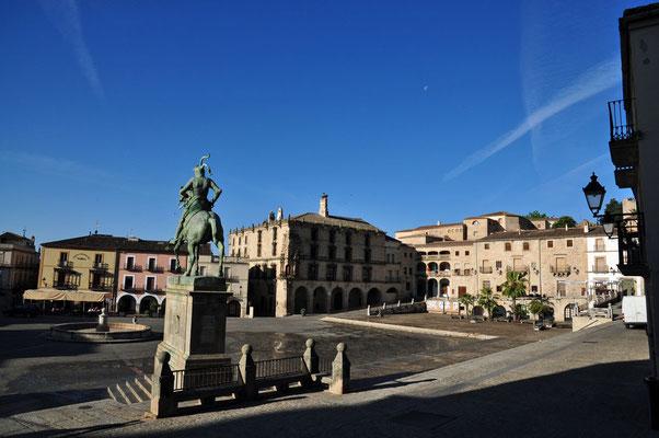 Het standbeeld van Pizarro op het plaza mayor