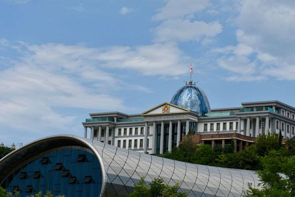 Op de voorgrond de Music Hall en op de achtergrond het officiële verblijf van de president