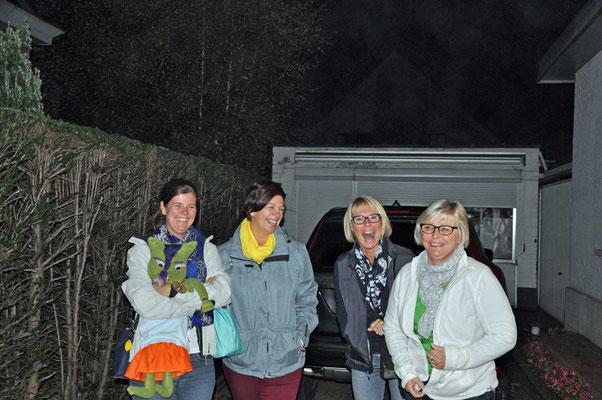 De juffen Isabelle, Sandra, Annick en Katy samen met mascotte 'Globine' klaar voor vertrek naar Zaventem