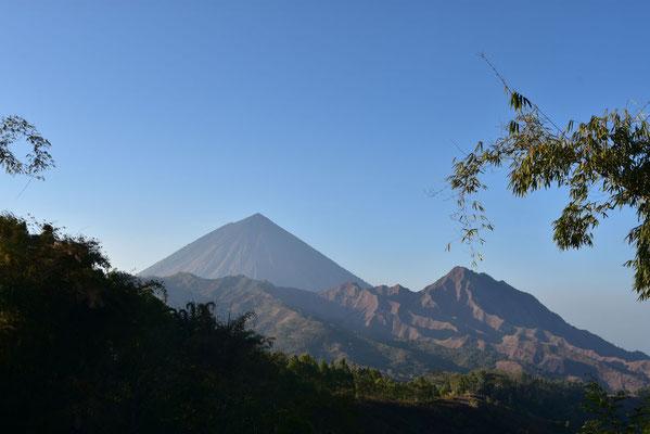Sunrise boven de Inerie vulkaan