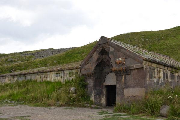 Bovenaan de pass vind je deze nog vrij intacte karavanserai uit de 14e eeuw