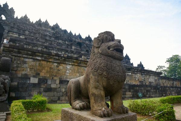 Leeuwenfiguur aan de toegangspoort tot de tempel