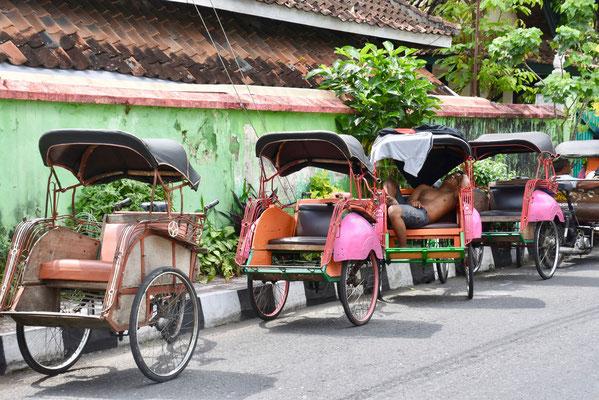 Becak - een vaak gebruikt en goedkoop transportmiddel