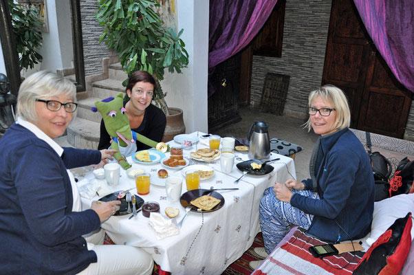Ontbijt in Riad Reza samen met de mascotte 'globine'