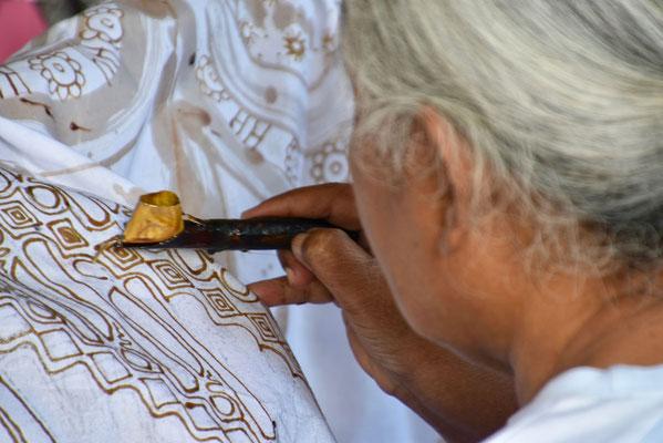 Het klaarmaken van de batik-lakens