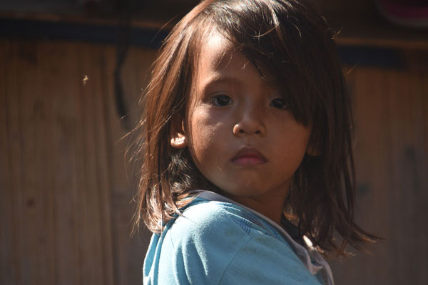 Kind uit het zeenomadendorp Wuring
