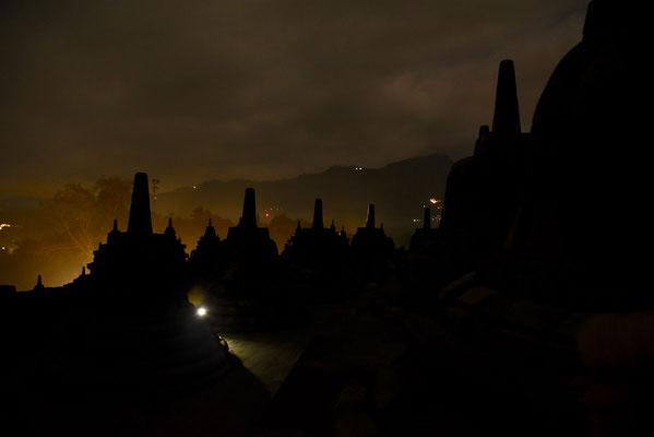 Borobudur net voor zonsopgang rond 5 uur in de ochtend