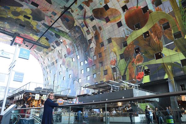 Binnen in de Markthal met het prachtige plafond