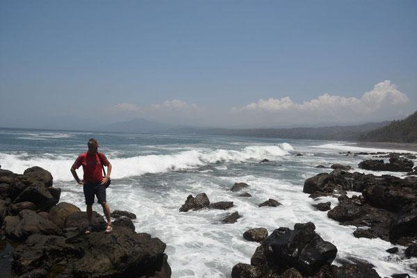 De ruige kust tussen Maumere en Moni