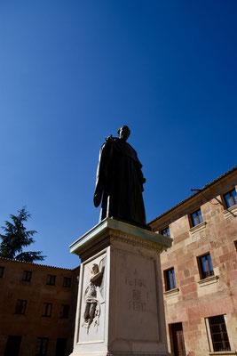 standbeeld van Luis de Leon tegenover de toegangspoort van de Universiteit van Salamanca