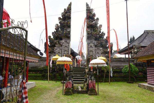 Versierde ingang bij een tempelceremonie