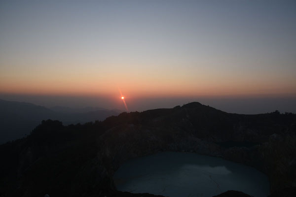 Zonsopgang boven de vulkaan Kelimutu (Keli mutu = mooie berg)