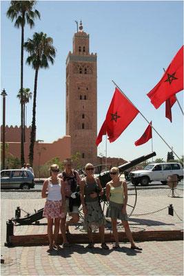 Op de achtergrond de toren van de Koutoubia moskee in Marrakech