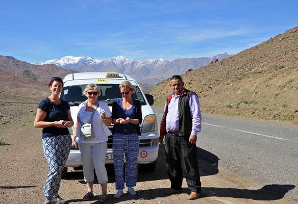 Sandra, Katy en Annick samen met de super chauffeur Hussein