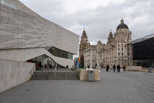 Zijkant van het Liverpool museum met zicht op The Port of Liverpool Building