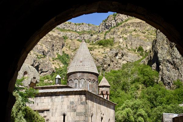 Zicht op het klooster vanonder de ingangsboog