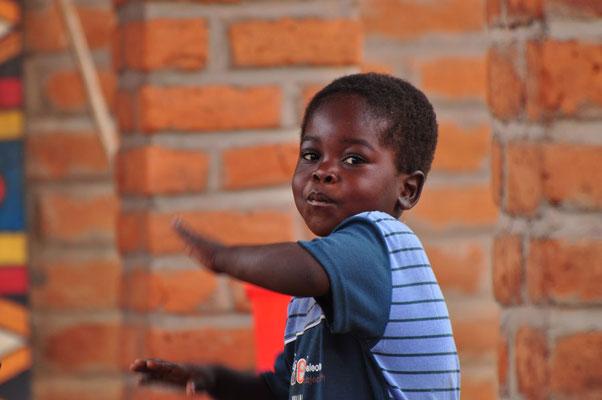 Jonge djembé-speler in Sitima