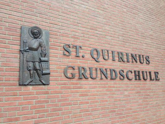 Dieses Relief vom heiligen St. Quirinus ist am Schulgebäude zu sehen.