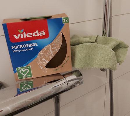 Die Duscharmaturen glänzen