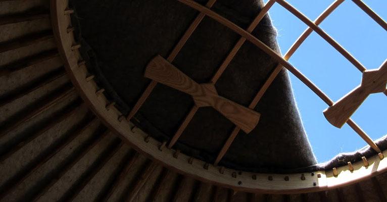 L'ATELIER des COUREURS des BOIS  Yourtes kirghizes, cintrage massif et mobilier bois