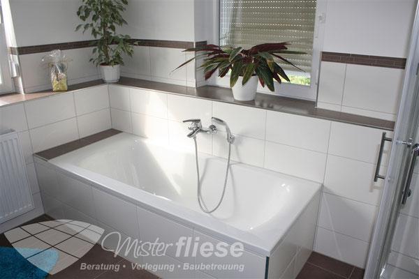 Badneubau: Verlegen von Wand- und Bodenfliesen inkl. Einfliesen der Badewanne