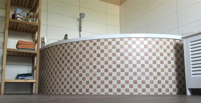 Fliesenverlegung Mosaikfliesen an einer runden Badewanne