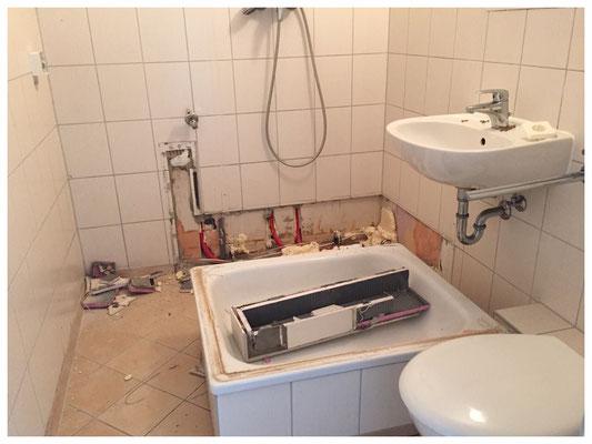 Bad vor der Sanierung mit Dusche und alten Fliesen